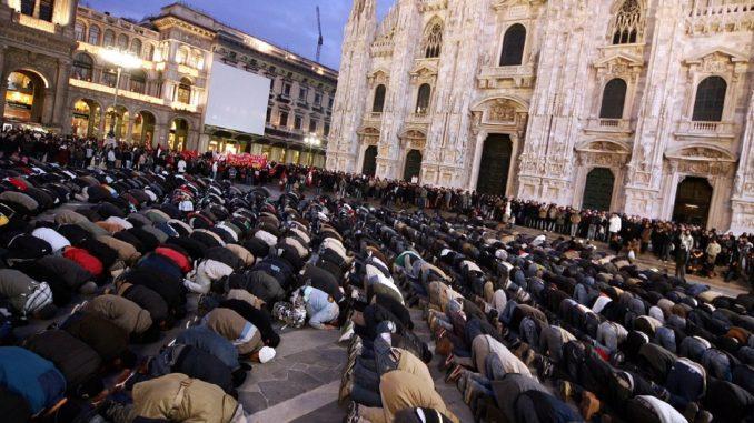 Islamisches Freitagsgebet vor dem Dom von Mailand